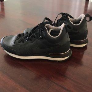 e63f48784b8 Nike high top shoes. Size 8. Like new.